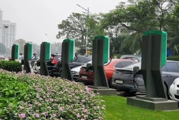 Gov't reviews Vingroup's proposal on electric-car policy