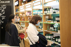 Foreign retailers make quiet landing as domestic counterparts shut down