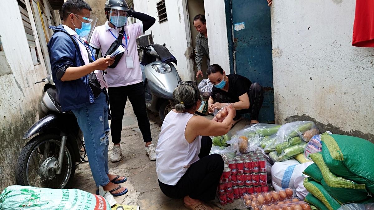 Nhóm bạn trẻ dầm mưa, đội nắng trao quà cho người dân Gò Vấp