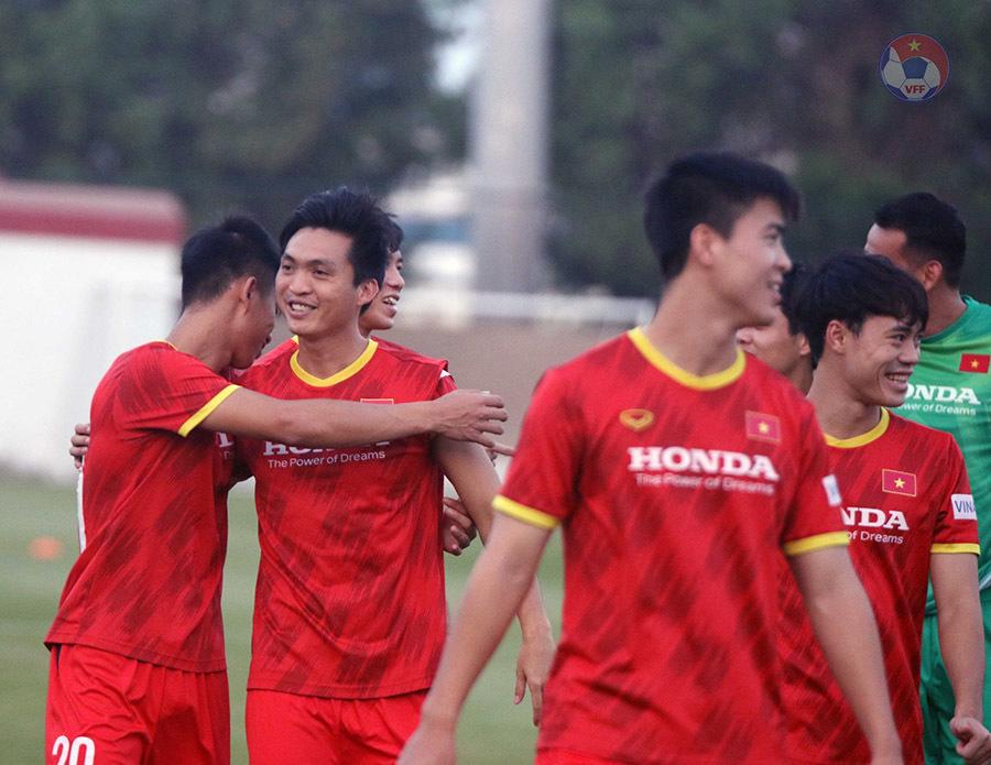 Tuyển Việt Nam hứng khởi tập đấu Malaysia, Văn Toàn báo tin vui