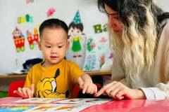 Cô giáo Tây chật vật gom lớp dạy online kiếm sống ở Hà Nội chờ hết dịch