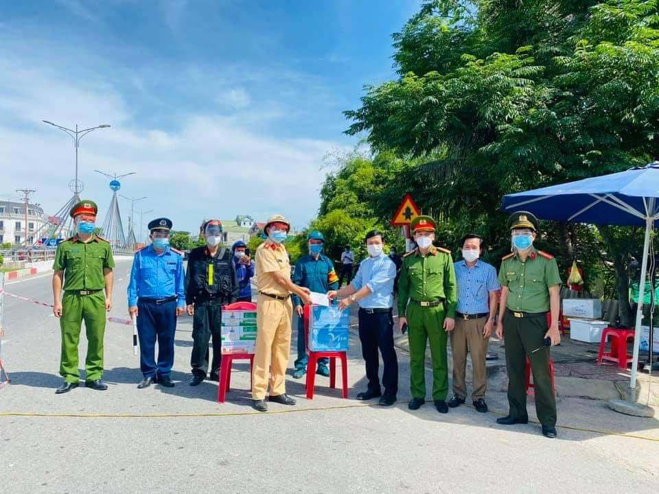 Cụ ông 97 tuổi ở Hà Tĩnh rút nửa tiền tiết kiệm ủng hộ chống dịch