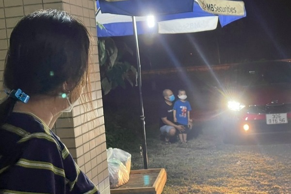 Cuộc gặp gỡ xúc động trước cổng viện của nữ điều dưỡng và con trai 3 tuổi