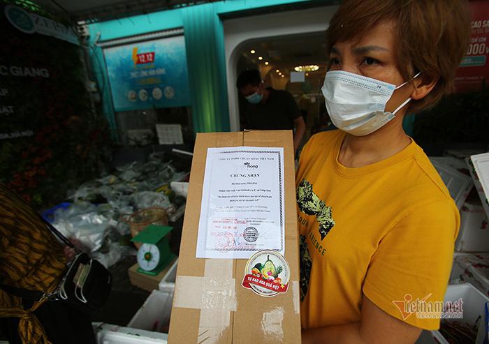 'Xe hoa' kết bằng 30kg vải thiều trên phố Hà Nội thu hút mọi ánh nhìn