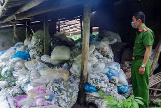 """Ngăn chặn 13,5 tấn rác găng tay y tế chuẩn bị """"tái chế"""""""