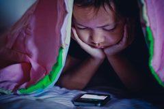 Nghiện màn hình 'tàn phá' não trẻ như thế nào?