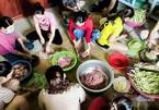 Tay chặt tay bằm, phụ nữ vùng cao Quảng Trị gửi yêu thương đến Bắc Giang