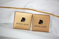 Vì sao khách sạn đặt chocolate lên gối khách hàng?