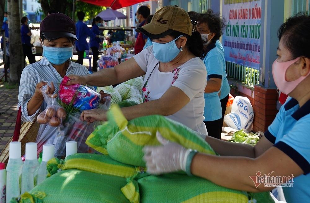 TP.HCM giãn cách xã hội ngày 12: Chị bán vé số rớm nước mắt đi chợ '0 đồng'