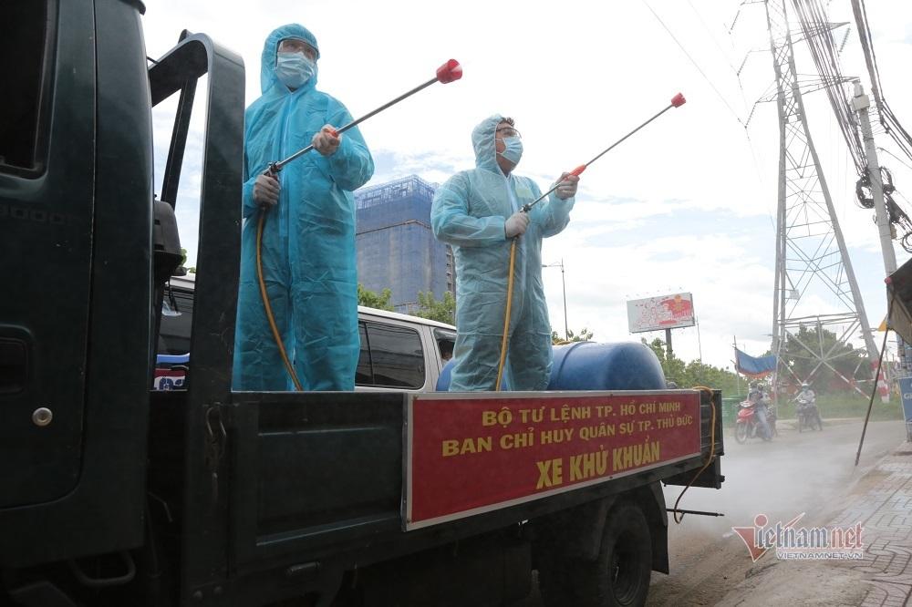 Quân đội phun hóa chất khử khuẩn loạt tuyến đường ở TP Thủ Đức