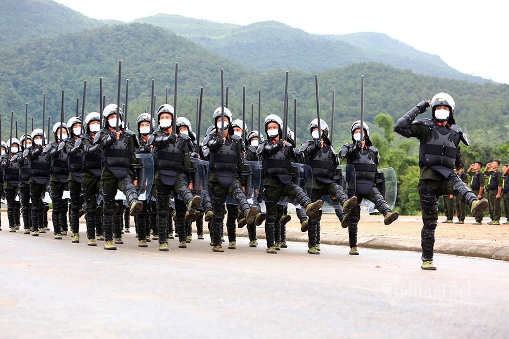 Tân binh cảnh sát cơ động diễn tập nằm nghiêng bắn súng trấn áp tội phạm
