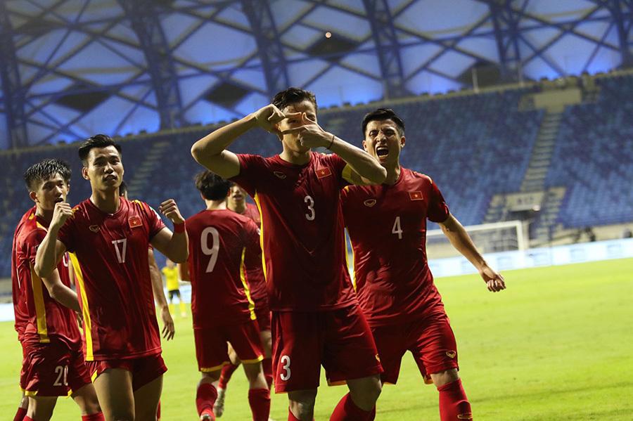 Khoảnh khắc Tiến Linh, Quế Ngọc Hải vỡ oà ăn mừng bàn thắng