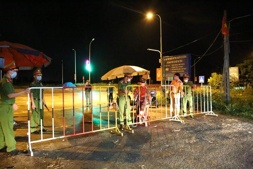 Cặp vợ chồng dương tính nCoV, Hà Tĩnh phong tỏa khu phố 1.200 dân