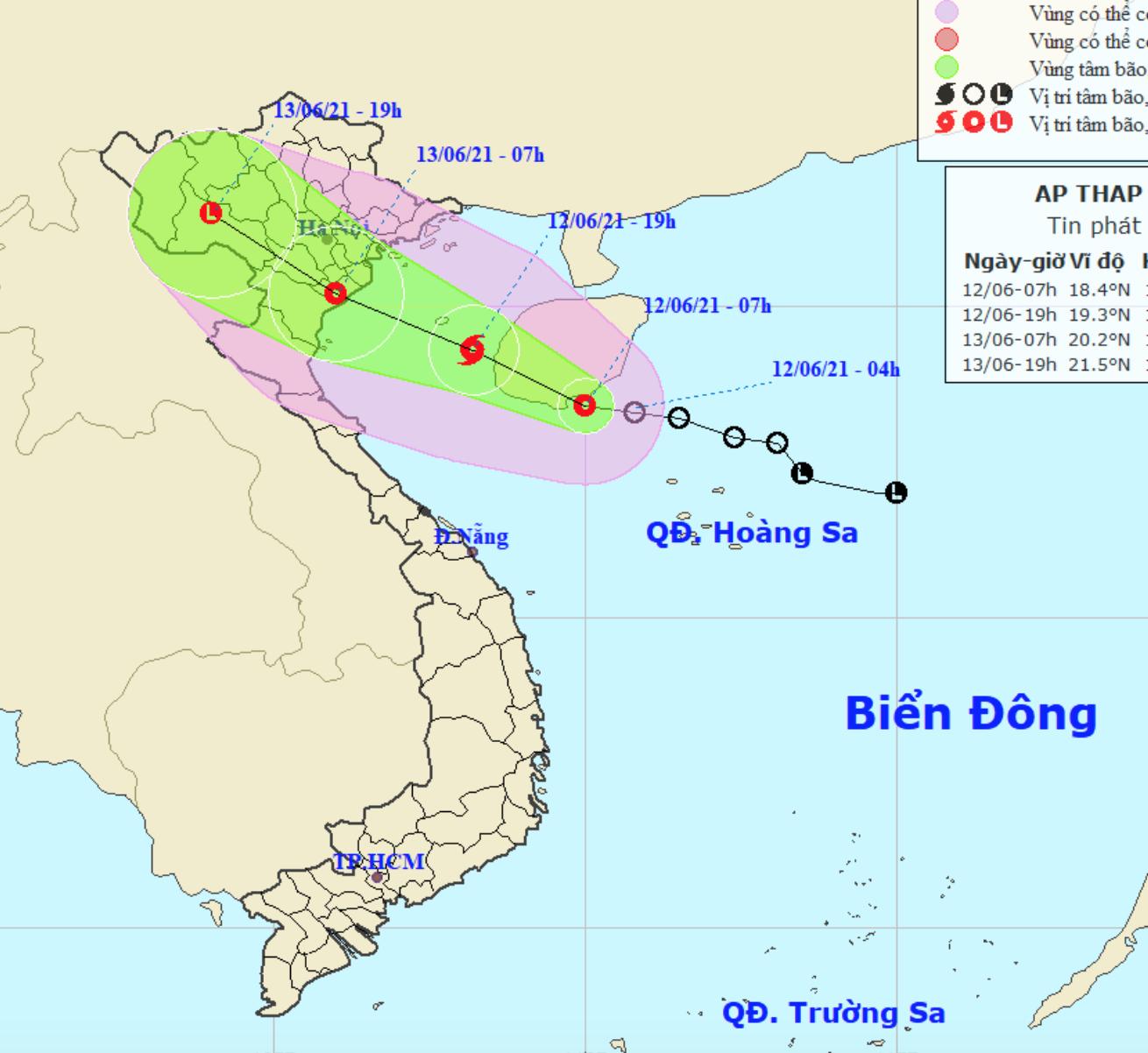Áp thấp nhiệt đới khả năng thành bão đổ bộ sáng mai, Hà Nội mưa rất to và ngập úng