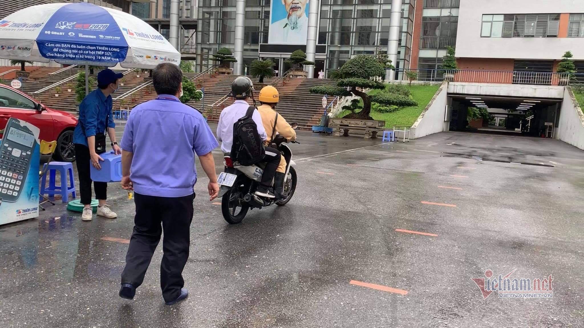Cảnh sát dùng xe đặc chủng chạy 10km chở thí sinh nhầm điểm thi