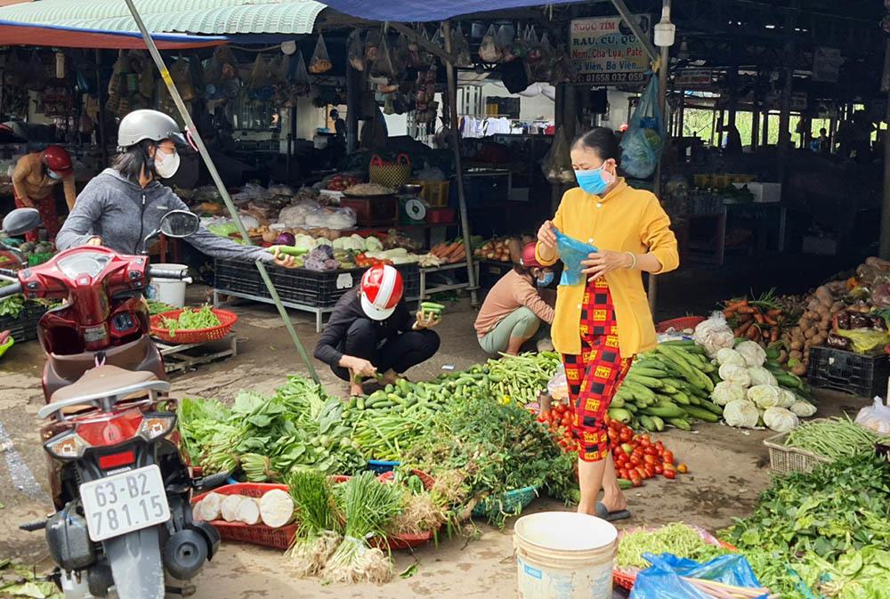 Đường phố Tiền Giang vắng vẻ ngày đầu giãn cách, người dân đeo khẩu trang đi chợ