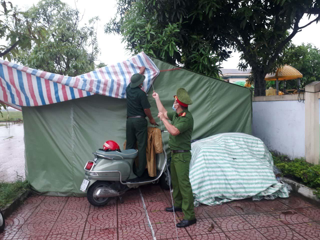 500 cán bộ, chiến sỹ ở Hà Tĩnh dầm mưa ứng trực tại chốt phòng dịch