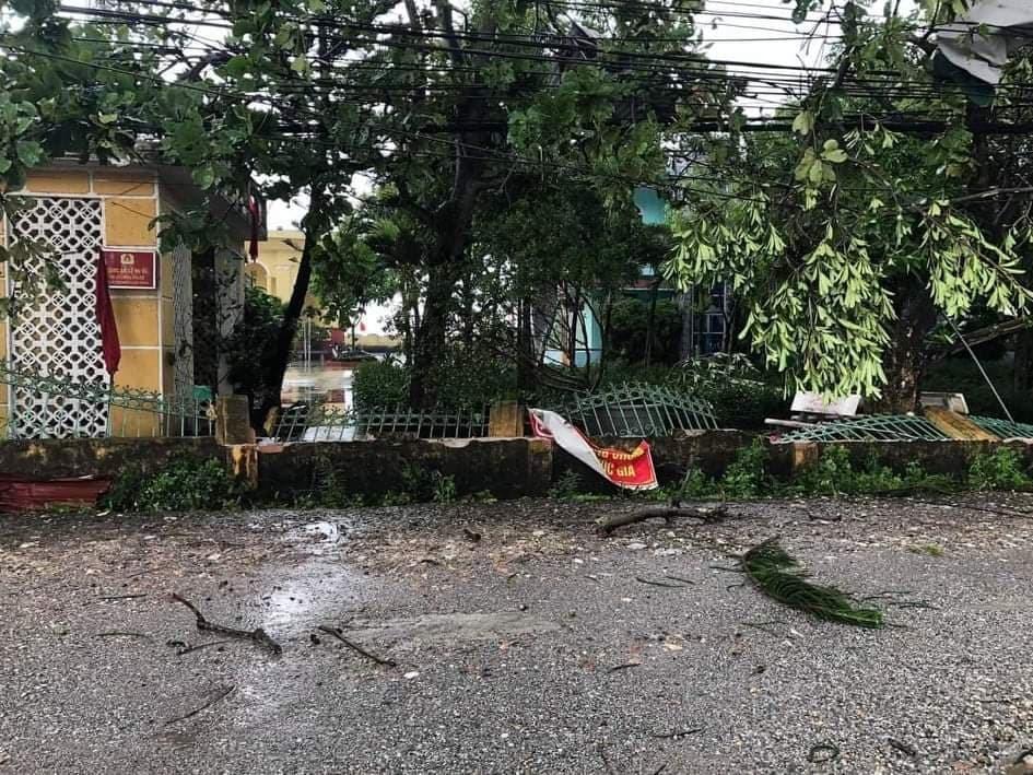 Lốc xoáy làm hàng loạt mái nhà ở Thái Bình tốc mái