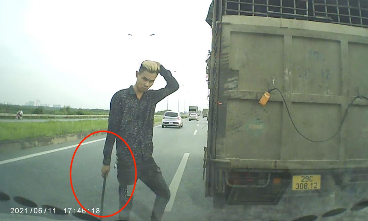 Xe tải đánh võng chặn đầu xe con, tài xế cầm gậy xuống 'nói chuyện'