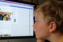 Nguy hại khi trẻ học cách ứng xử từ bắt chước thói xấu trên mạng xã hội