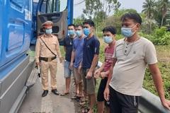 5 người thuê xe container trốn trong cabin để tránh chốt kiểm soát dịch