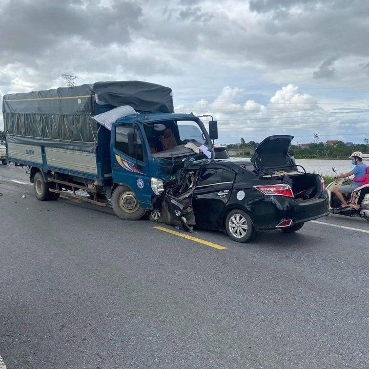Hai ô tô đối đầu trên đường nối cao tốc Pháp Vân - Cầu Giẽ, 3 người tử vong