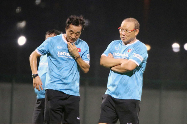 Thầy Park bàn mưu kế với phó tướng, chờ quyết đấu UAE