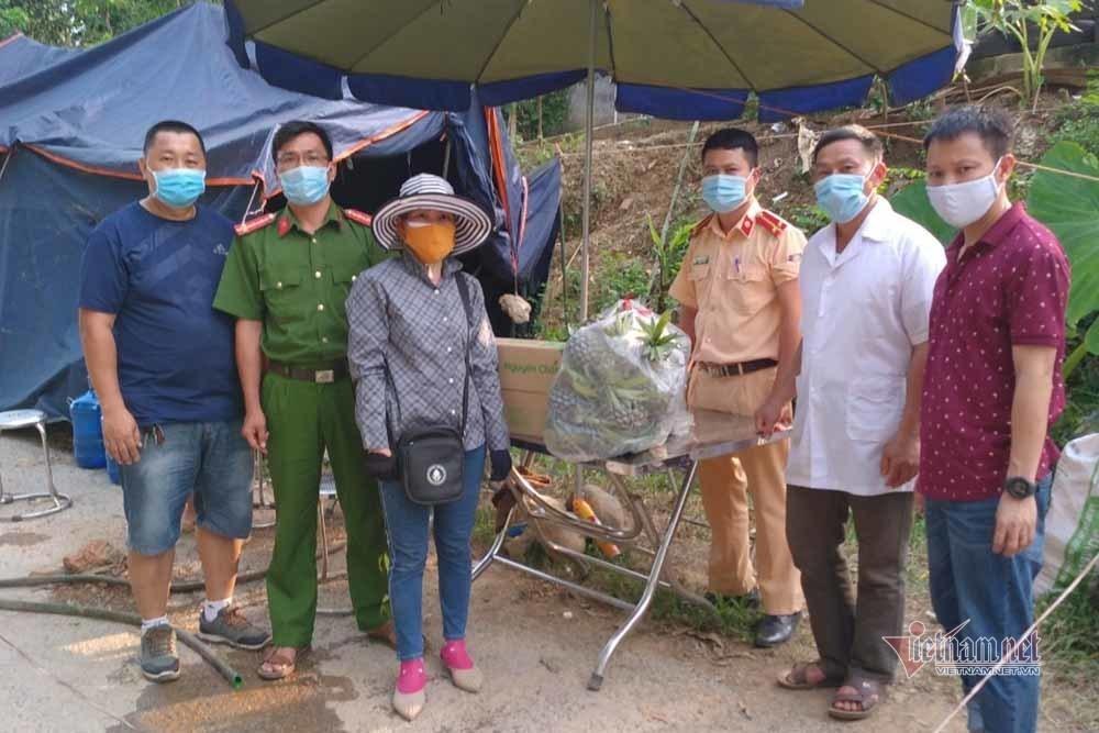 Vợ chồng giáo viên Bắc Giang lập đội tiếp tế rau xanh cho các khu cách ly