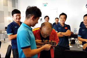 """Thầy Park """"bày mưu"""" để học trò đánh úp Hồng Duy trong buổi sinh nhật"""