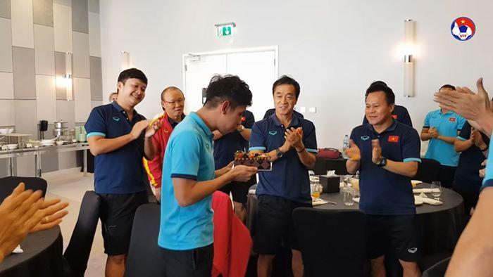Thầy Park 'bày mưu' để học trò đánh úp Hồng Duy trong buổi sinh nhật