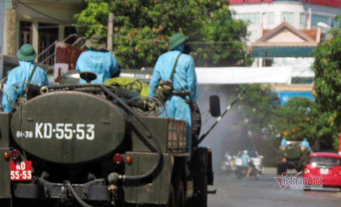 Lực lượng hóa học Quân khu 4 phun khử khuẩn ở Nghệ An