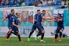 Lewandowski 'tắt điện', Ba Lan thua Slovakia vì thiếu người