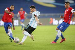 Messi vẽ siêu phẩm, Argentina vẫn tuột chiến thắng ra quân Copa