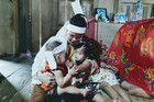 Cha qua đời, mẹ bị mủn xương, 2 chị em chưa đầy 3 tuổi tuổi ôm nhau khóc ngặt