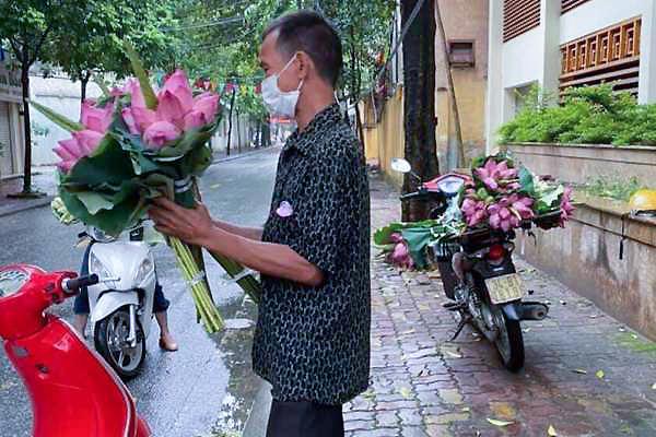 Người bán hoa sen ở Hải Dương bị phạt, chính quyền 'sửa sai' trả lại 2 triệu đồng