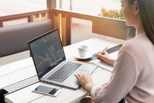 Người phụ nữ phát hiện bị đột quỵ khi nhìn vào màn hình máy tính