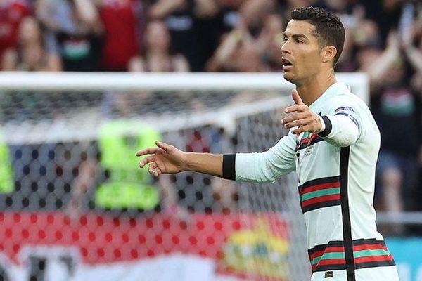 Ronaldo giận tím mặt vì đồng đội tham lam