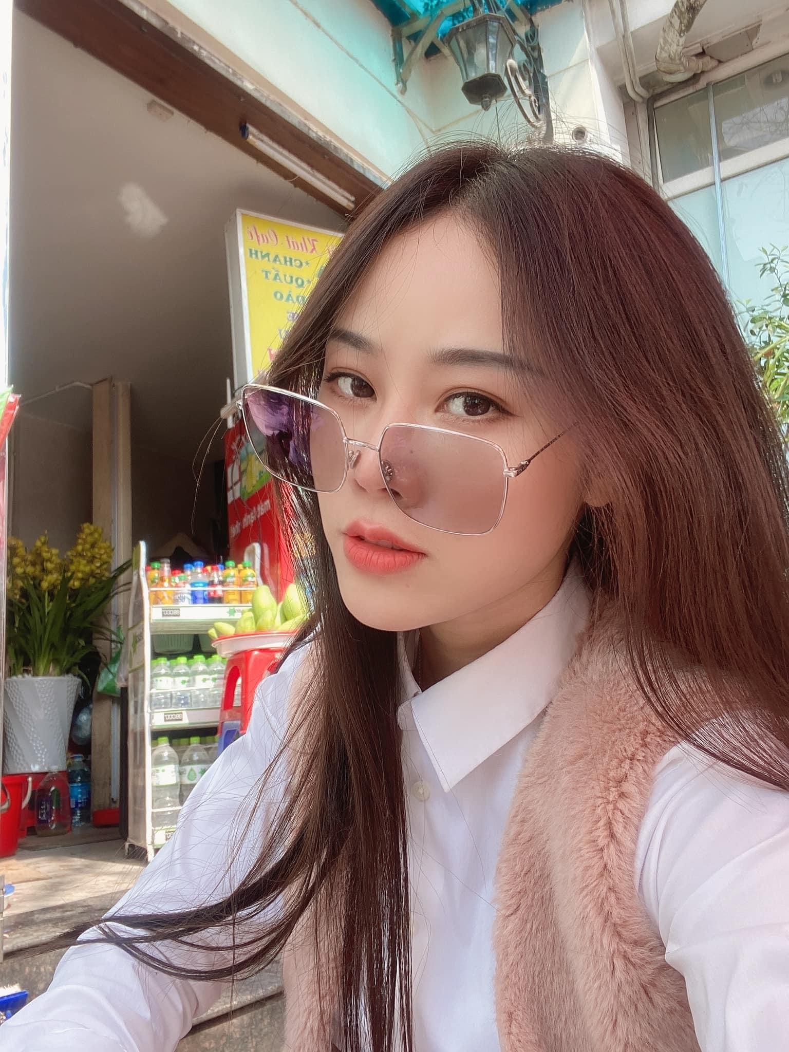 Vợ kém 18 tuổi của NSƯT Việt Hoàn đẹp mong manh
