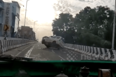 Vượt ẩu, chiếc SUV bị lật nhào trên đường