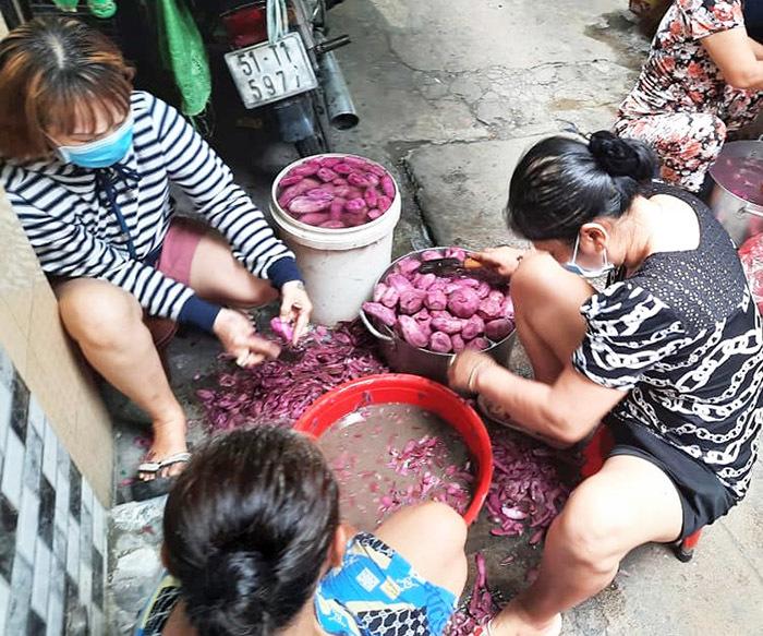Người dân khu Mả Lạng chia nhau củ khoai, gói mì trong những ngày cách ly