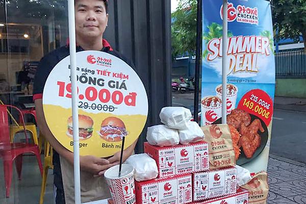 Tràn xuống đường, đại gia Mỹ nhặt tiền lẻ vỉa hè Sài Gòn