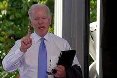 Phản ứng của ông Biden khi bị phóng viên hỏi vặn