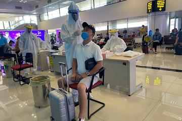 Hanoi randomly tests people returning from Ho Chi Minh City via Noi Bai airport