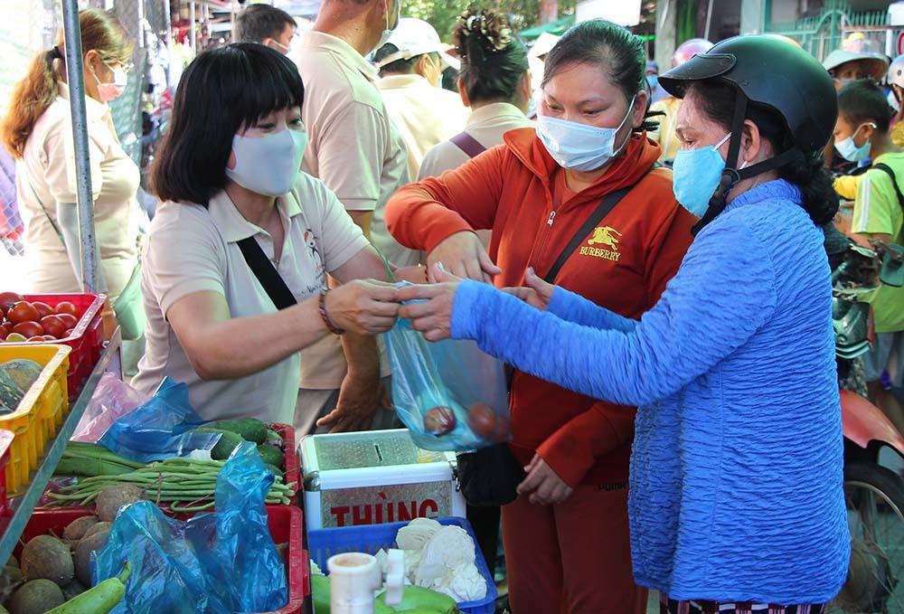 Phiên chợ đặc biệt ở Cần Thơ, người nghèo đến chợ mà lòng rưng rưng