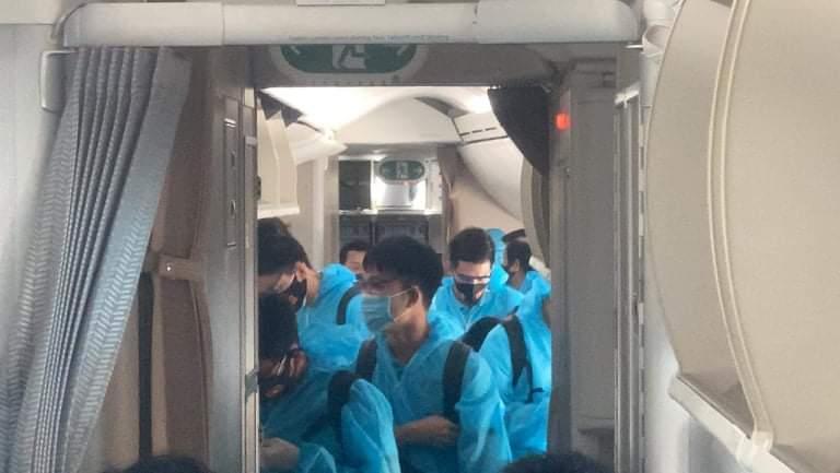 Thầy trò HLV Park Hang Seo đã về đến Việt Nam