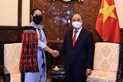 Diplomat wears unique Ao Dai featuring Vietnam-New Zealand cultures