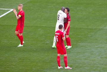 Đan Mạch và Bỉ dừng trận đấu vỗ tay tri ân Eriksen