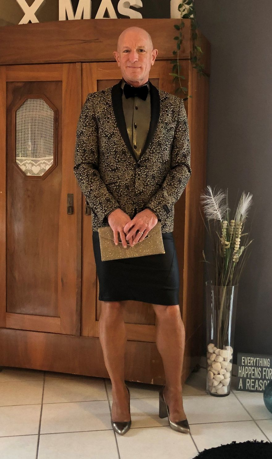Người mẫu nam 62 tuổi chuyên mặc váy, đi cao gót đi làm