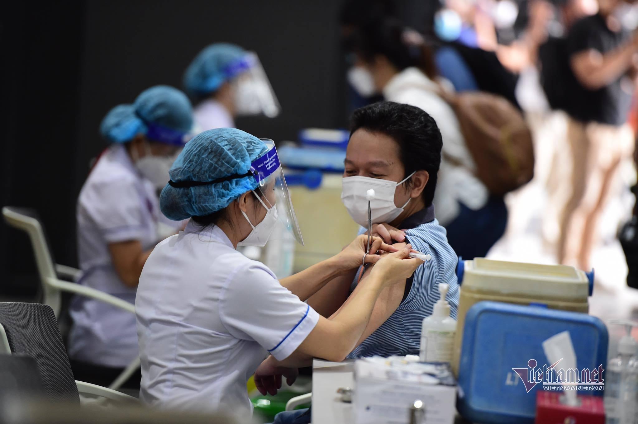 Hình ảnh đầu tiên về chiến dịch tiêm vắc xin Covid-19 thần tốc tại TP.HCM