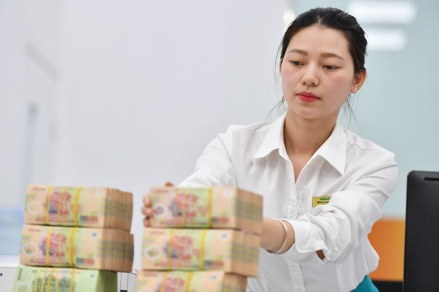 Người dân ít gửi tiền ngân hàng